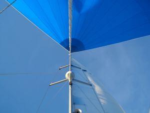Blick in den Mast einer Segelyacht mit Spinnacker (Bavaria 44)