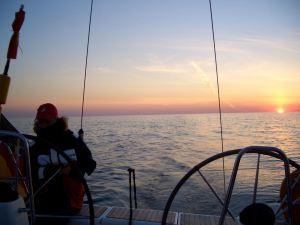 Sonnenuntergang auf Segelyacht auf der Ostsee
